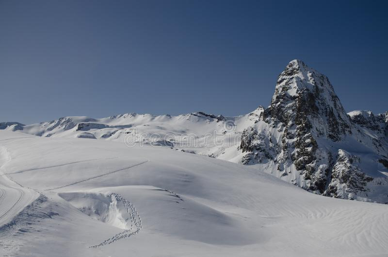 Surpreendente paisagem natural de inverno, incrível vista de montanha de neve Dia congelante na estância de esqui fotografia de stock