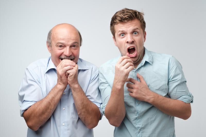 Surpreendido dois homens maduros ? chocado um pouco com not?cia foto de stock