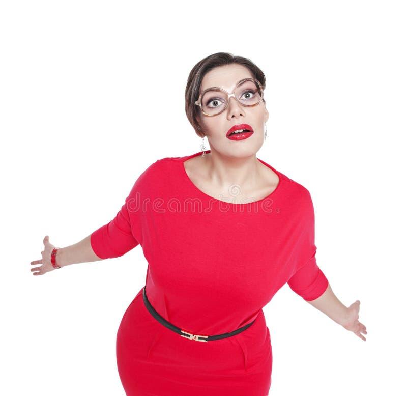 Surpreendido mais a mulher do tamanho em encolhos de ombros dos vidros seus ombros fotografia de stock