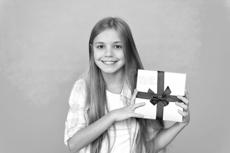 Surpresa agrad?vel Conceito do feliz aniversario Caixa de presente do anivers?rio da posse da crian?a da menina Cada sonho da cri fotografia de stock