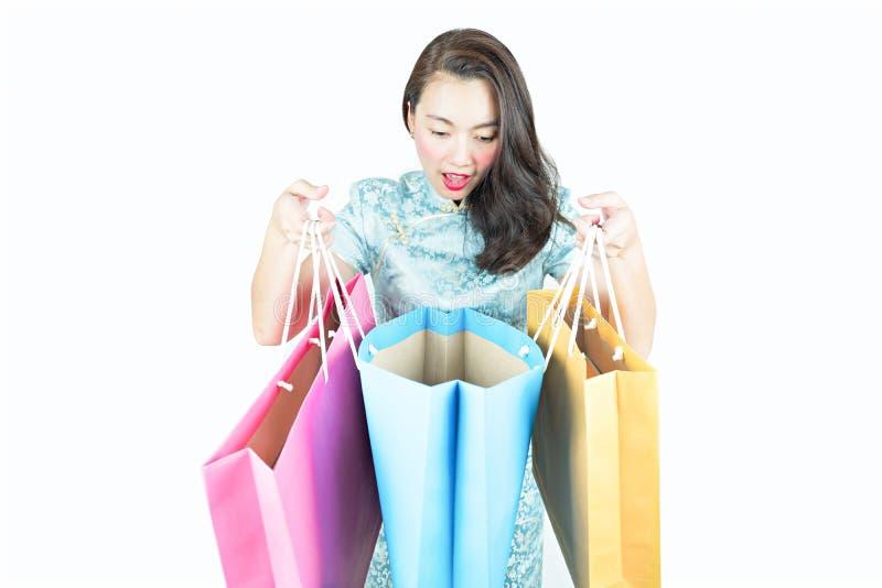 Surpresa ativa da mulher asiática com saco de compras fotografia de stock royalty free