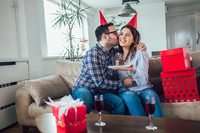 Surpresa da esposa seu marido com bolo de aniversário anniversary fotos de stock royalty free