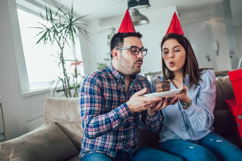 Surpresa da esposa seu marido com bolo de aniversário anniversary imagens de stock