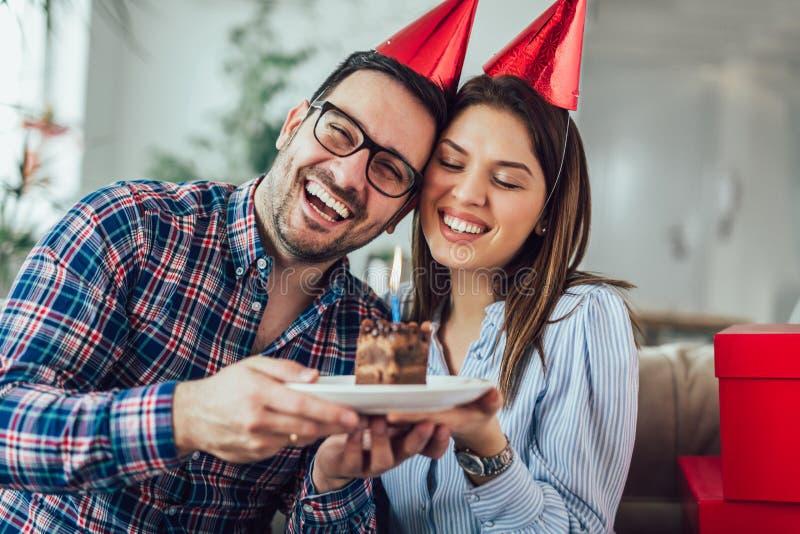 Surpresa da esposa seu marido com bolo de aniversário anniversary fotos de stock