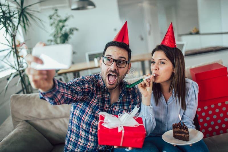 Surpresa da esposa seu marido com bolo de aniversário anniversary fotografia de stock
