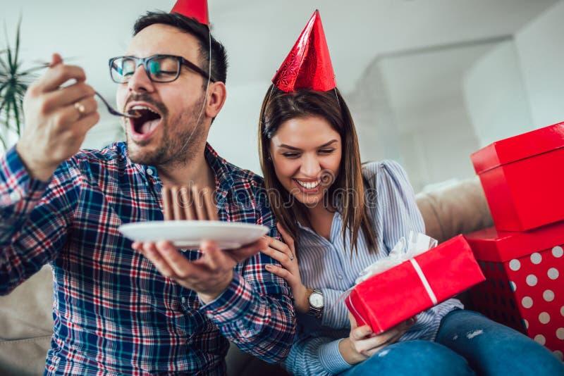 Surpresa da esposa seu marido com bolo de aniversário anniversary foto de stock royalty free