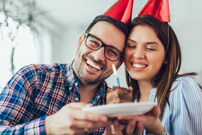 Surpresa da esposa seu marido com bolo de aniversário anniversary imagem de stock royalty free