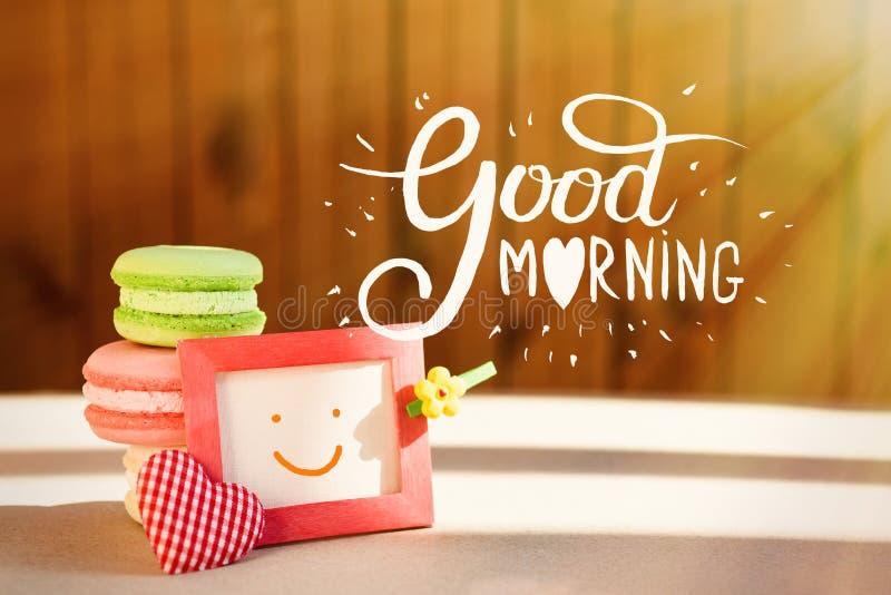 Surpresa da manhã, makarons coloridos dos bolos com um cartão A inscrição é um bom dia Raios de Sun imagem de stock royalty free