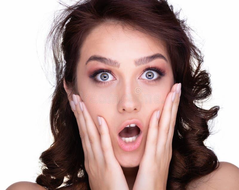 Surpresa da mulher que mostra o produto Menina bonita com cabelo encaracolado que aponta ao lado imagens de stock