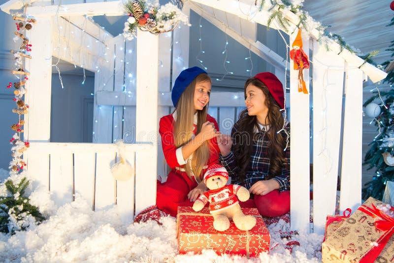Surpresa do ano novo As crianças felizes sentam-se na casa com decoração do xmas Pouco crianças com brinquedo e presentes do Nata imagens de stock royalty free