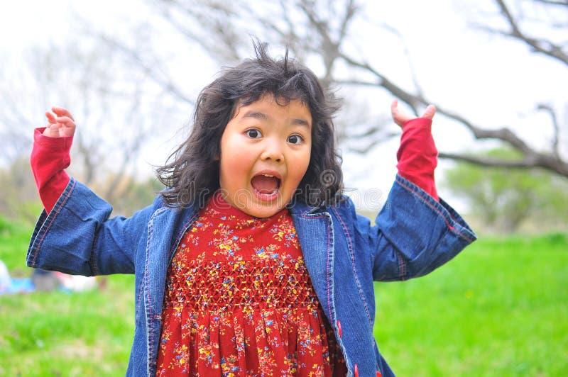 Surpresa! expressão engraçada da face da criança fotos de stock