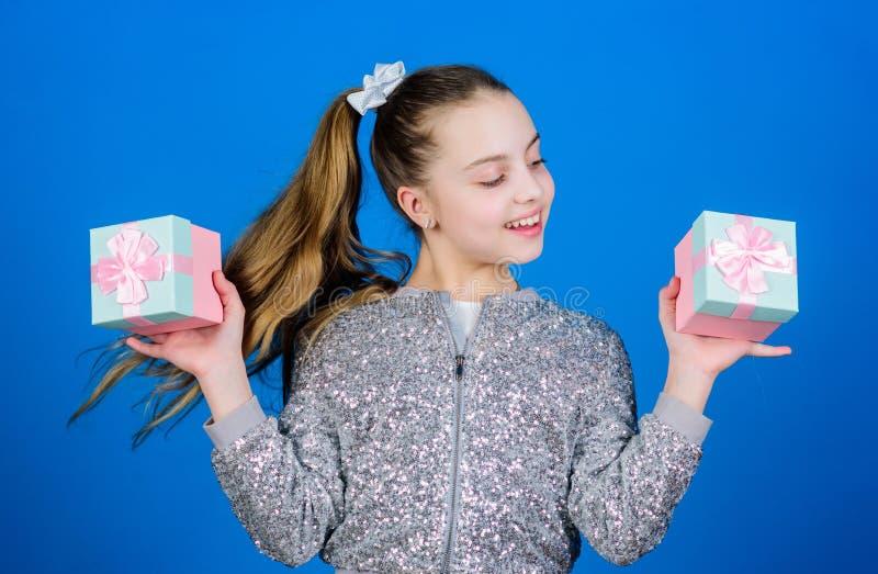 surpresa O dia das crian?as congratulation Feliz aniversario Celebra??o do feriado Menina pequena com caixa atual S?o Est?v?o imagens de stock