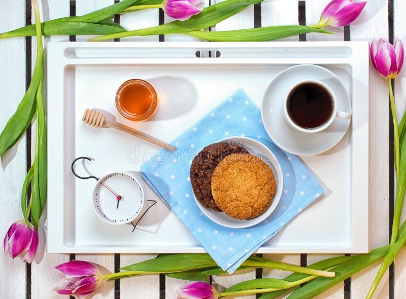 Surpresa romântica do café da manhã para o amado O conceito da celebração, dia do ` s das mulheres imagens de stock