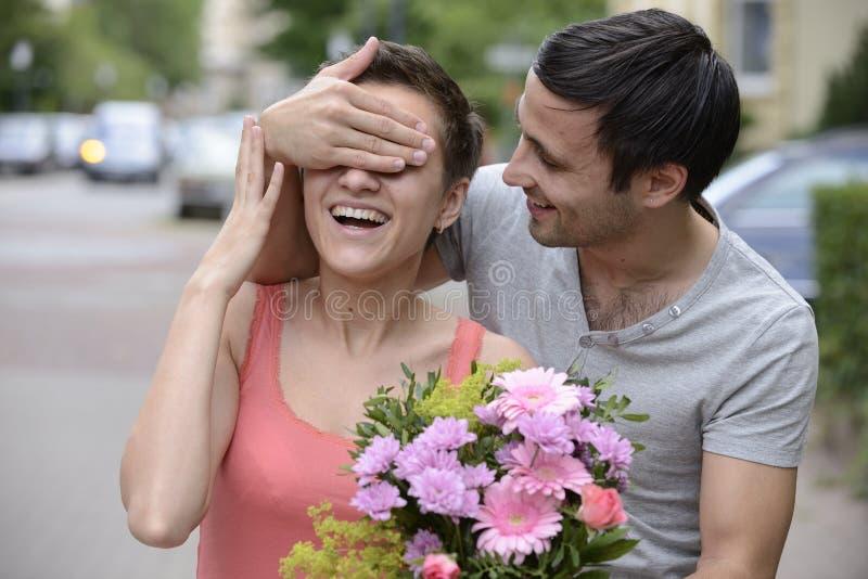 Surprise avec le bouquet des fleurs image libre de droits