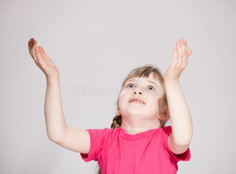 Surprise de attente de sourire de petite fille d'en haut images libres de droits