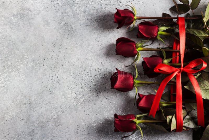 Surprise de cadeau de bouquet de roses rouges de jour de mères des femmes de jour de valentines photo libre de droits