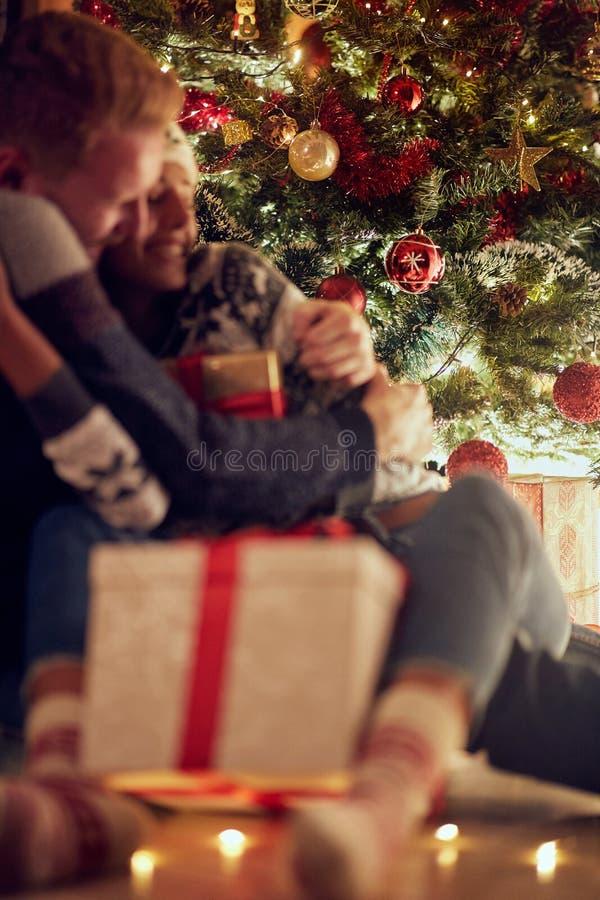 Surprise de cadeau pour l'amour de Noël, bonheur pour Noël, concentré photos stock