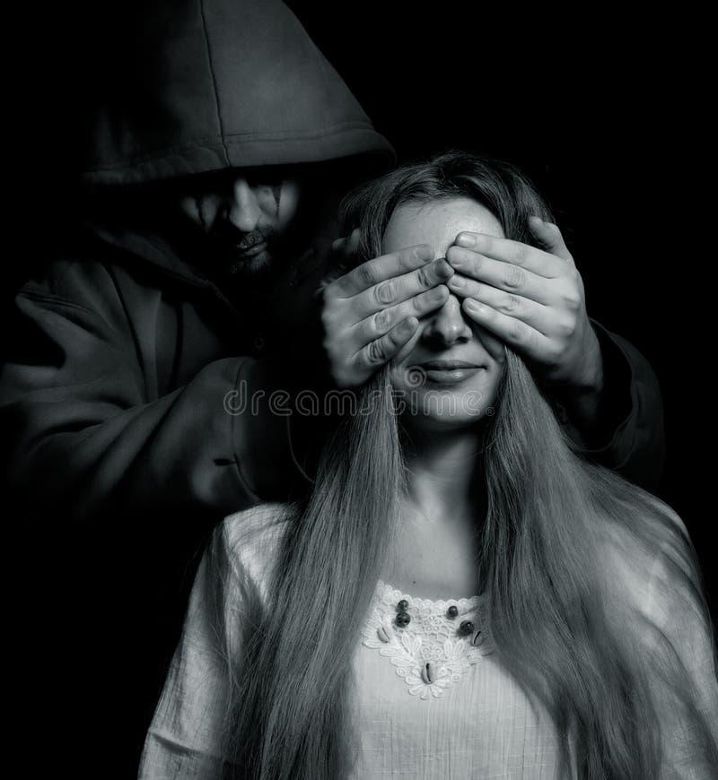 Surprise de Veille de la toussaint - homme mauvais derrière la fille innocente images libres de droits