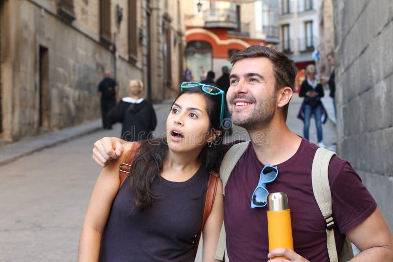 Surprise enthousiaste d'apparence de couples pendant des vacances images libres de droits