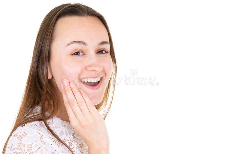 Surprised冲击了吃惊的惊奇年轻女人覆盖物面孔用手 免版税库存照片