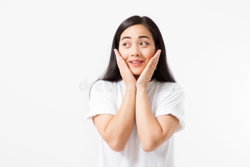 Surprised冲击了在白色背景隔绝的激动的亚洲妇女面孔 夏天T恤杉的年轻亚裔女孩 复制空间 库存图片