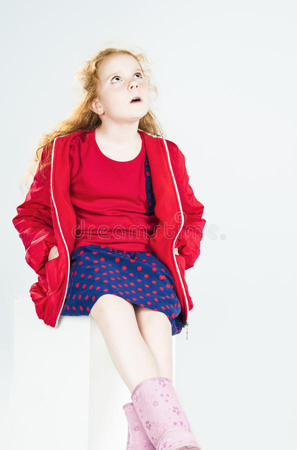 Surprised小红发白种人女孩画象坐o的 免版税库存图片