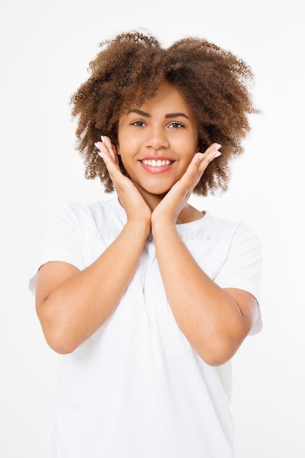 Surprised chocó la cara afroamericana emocionada de la mujer aislada en el fondo blanco Muchacha afro joven del estilo de pelo ri foto de archivo