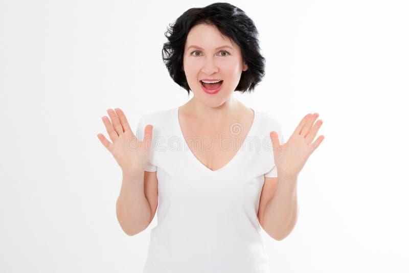 Surprised chocó la cara asiática emocionada de la arruga de la mujer de la Edad Media aislada en el fondo blanco Hembra en camise imagen de archivo libre de regalías