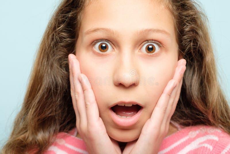 Surprised chocó la cara de la compresión de la muchacha emocional imágenes de archivo libres de regalías