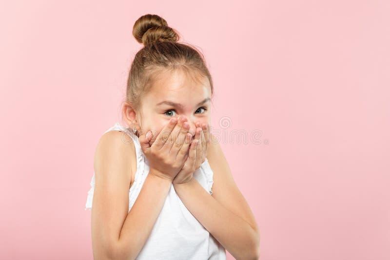 Surprised chocó ojos sonrientes de la boca de la cubierta de la muchacha imagenes de archivo