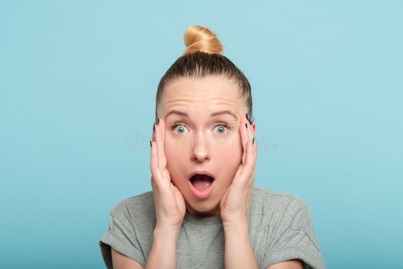 Surprised chocou a cara emocional da boca aberta da mulher imagens de stock