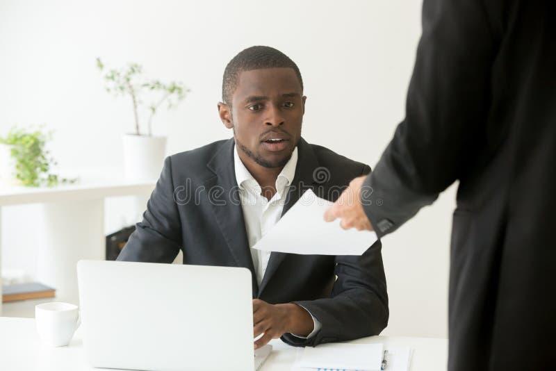 Surprised chocou o homem de negócios africano que obtém observação inesperada imagem de stock royalty free