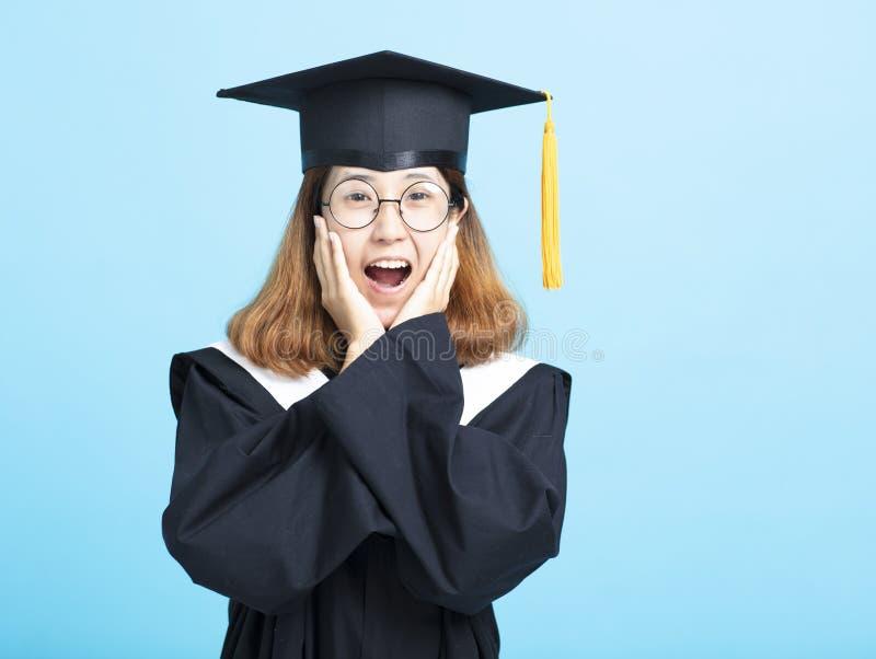 Surprised a excité la fille d'étudiant d'obtention du diplôme images libres de droits