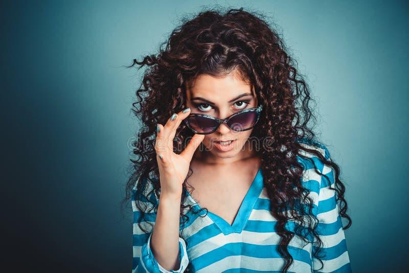 Surprised ha colpito la giovane donna frustrata che tiene gli occhiali da sole immagine stock libera da diritti