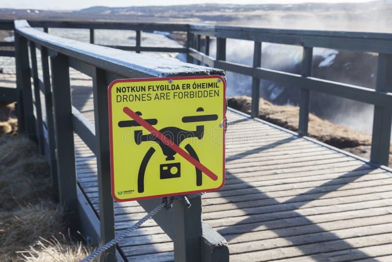 Surr förbjudas den teckenGullfoss vattenfallet Island royaltyfri fotografi