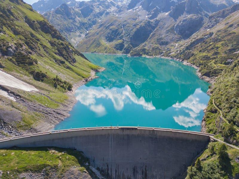 Surra den flyg- sikten av sjön Barbellino en alpin konstgjord sjö och berget runt om det Italienska Alps italy royaltyfria bilder