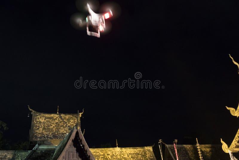 surra flyget på den forntida buddistiska templet på natten royaltyfria bilder