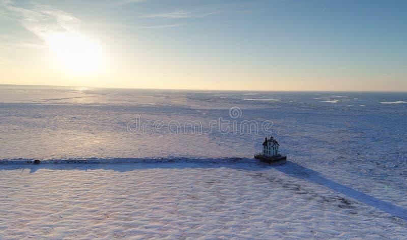 Surra skottet av ett djupfrysta Lake Erie och den Lorain fyren royaltyfri fotografi