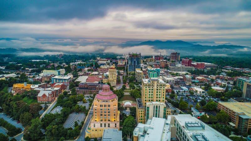 Surrantenn av i stadens centrum Asheville norr Carolina Skyline royaltyfri bild
