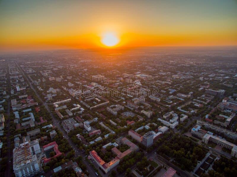 Surrbild över stad på solnedgången fotografering för bildbyråer