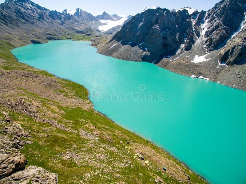 Surrbild från berg sjön med snö- och blåttSkyfrom berg sjön med snö och blå himmel royaltyfri fotografi