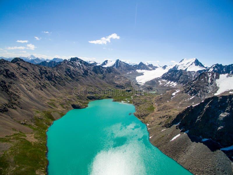 Surrbild från berg sjön med snö- och blåttSkyfrom berg sjön med snö och blå himmel fotografering för bildbyråer