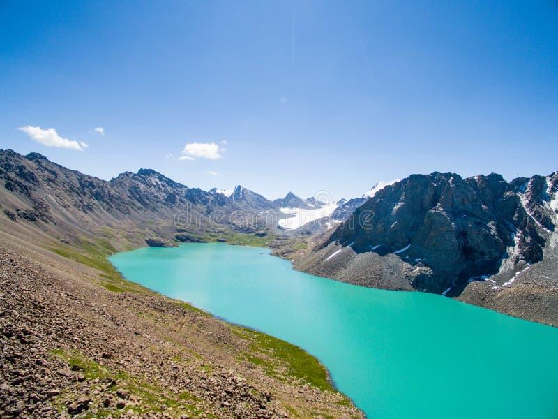 Surrbild från berg sjön med snö- och blåttSkyfrom berg sjön med snö och blå himmel arkivbilder