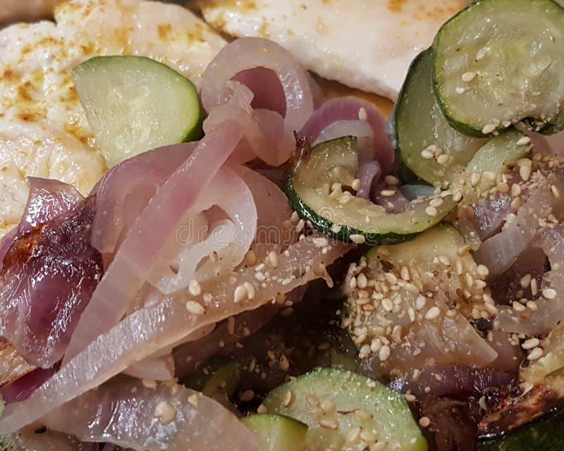 Surre a cebola da galinha e do Tropea com o gomashio japonês temperado do abobrinha com algas do nori fotografia de stock