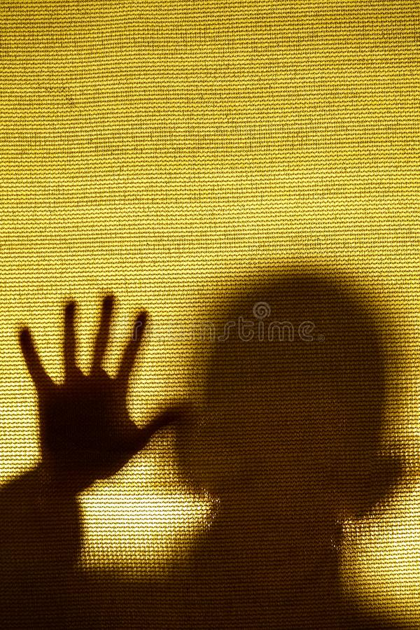 Surreal beeld van een mens achter een stof wordt opgesloten die stock fotografie