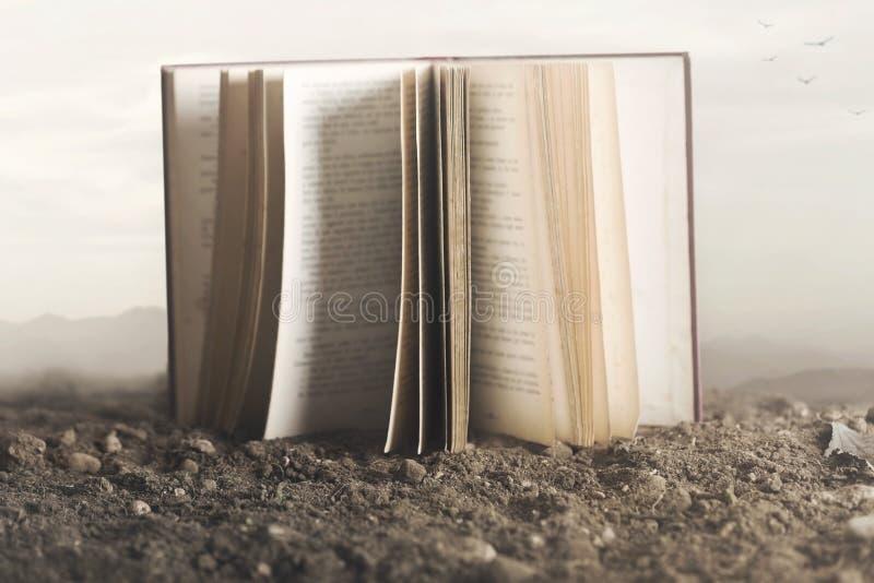 Surreal beeld van een reuze open boek in het midden van de aard stock afbeeldingen