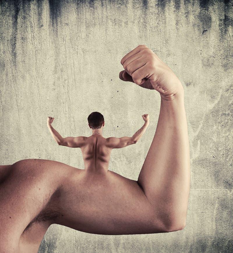 Surreal bicepsen gespannen wapen met de rug van een mens stock afbeelding