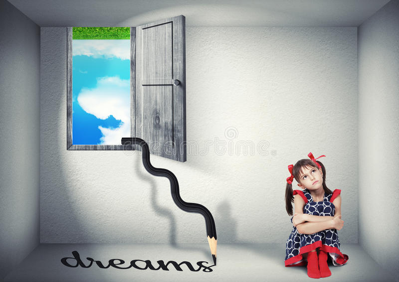 Surreal droomconcept, kind in de bovenkant - onderaan ruimte royalty-vrije stock foto's