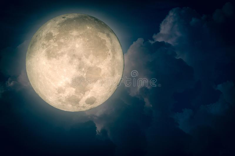 Surreal fantasievolle maan op bewolkte nachthemel stock illustratie