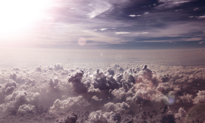 Surreal hemellandschap Het vliegen over hemelwolken stock foto
